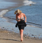 Рэйчел Хантер, фото 428. Rachel Hunter at a Malibu beach - 04/03/12, foto 428